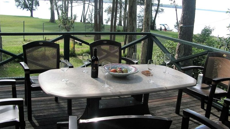 Absolute Waterfront - large deck, level access to water, plenty wildlife, vakantiewoning in Tomerong