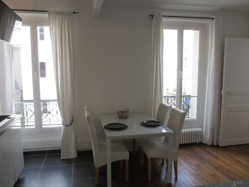 Charming Flat Centrally Located, Recently Refurbished & Well-equipped, alquiler vacacional en Clichy