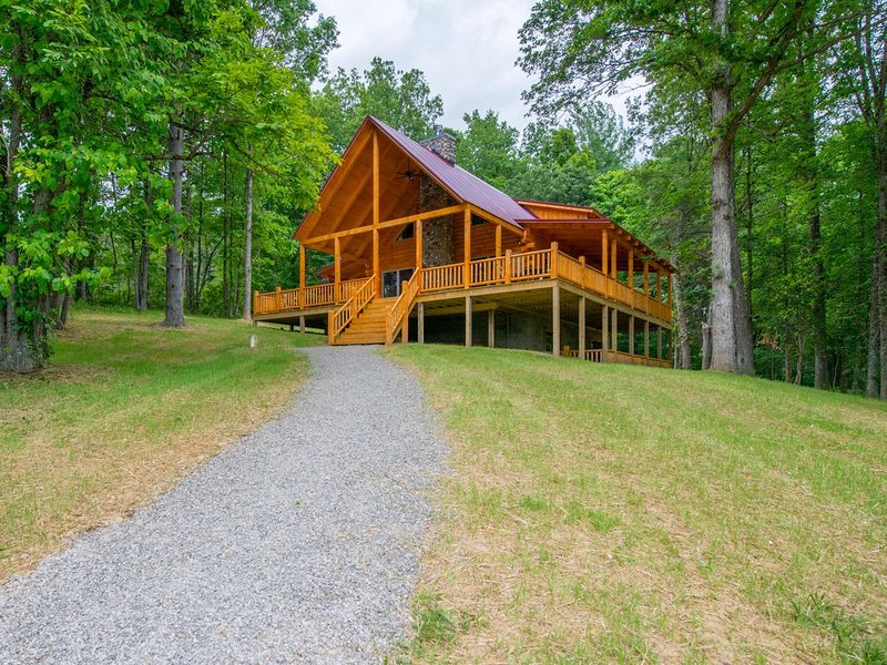 Spacious, pet friendly lodge with hilltop setting near Rock House! Outdoor hot t, casa vacanza a Kingston