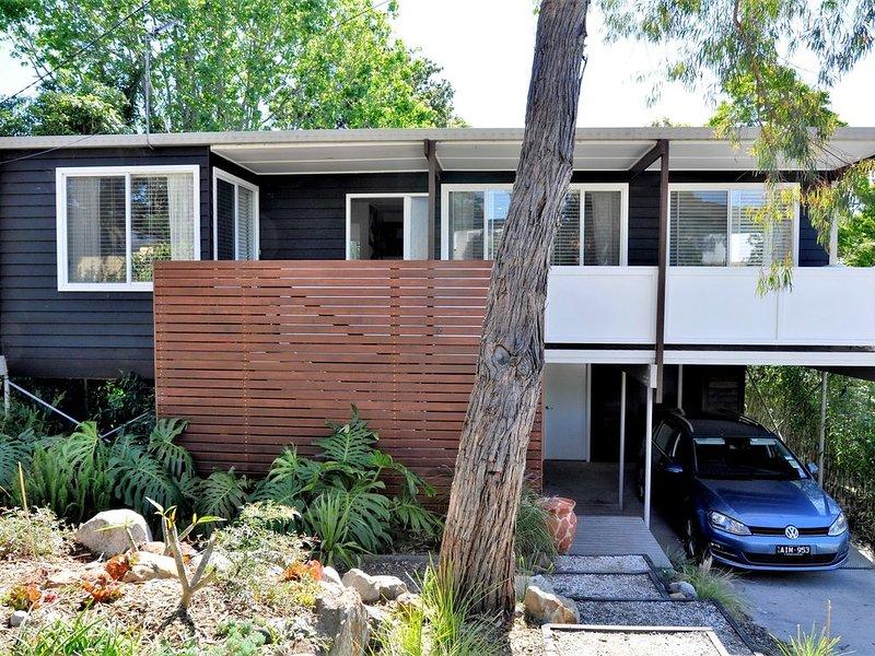 BEACH BREAK - Retro 70's Beach House ideally located close to surf beaches, aluguéis de temporada em Mollymook