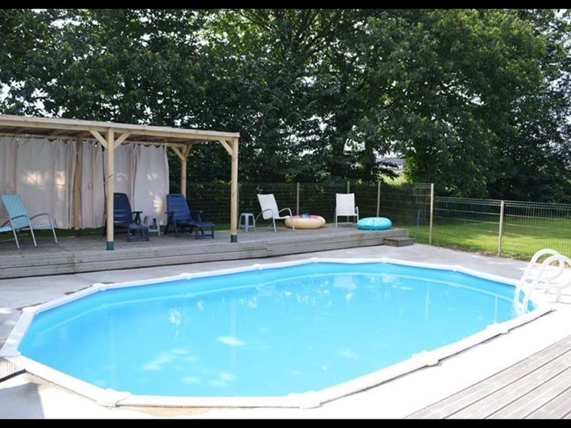 Well equipped home away from home with private heated pool, location de vacances à Saint-Martin-de-Landelles