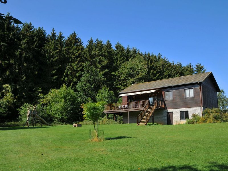 Cosy chalet with large garden and playground, located at the edge of the forest, location de vacances à Hamois