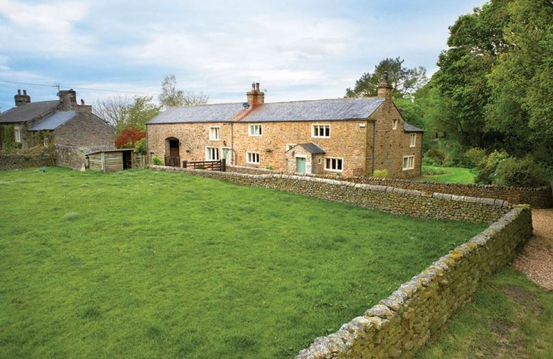 This charming Grade II listed Yorkshire long house dates from 1709 and is locate, casa vacanza a Ireby