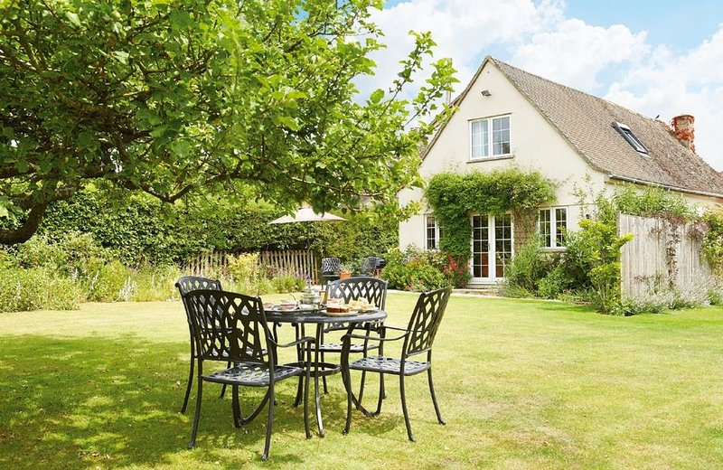 Moore Cottage is situated in a beautiful part of the Cotswolds and surrounded by, casa vacanza a The Slaughters