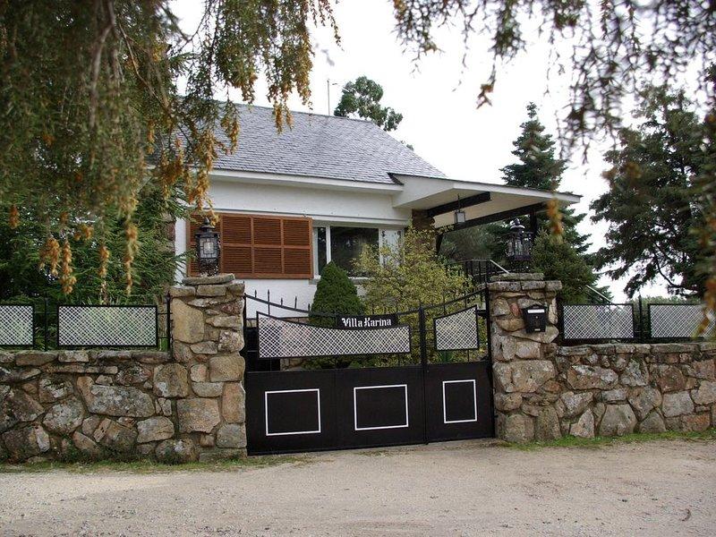 Chalet de alquiler íntegro 10-14 pax. Sierra Madrid. Jardín piscina chimenea, location de vacances à Valdetorres de Jarama
