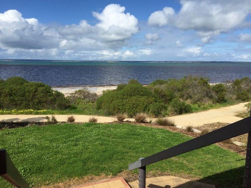 Direct beach access in a Central Location, alquiler vacacional en Kingscote