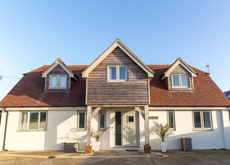 Luxury Seaside Holiday House, holiday rental in Bracklesham Bay