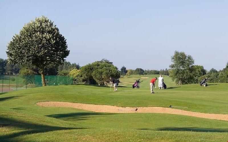 Nous pensons que vous aimerez l'emplacement privilégié, directement sur un parcours de golf de 18 trous!