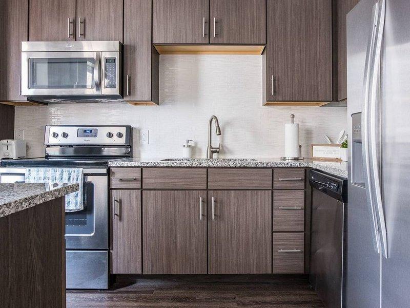 Spaziosa cucina con pentole per cucinare pasti semplici