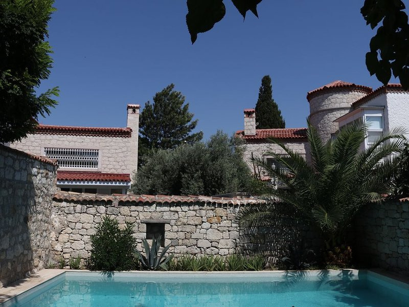 Charmante stenen dorpsvilla met privé zwembad in grote tuin in Alacati (Cesme), holiday rental in Cesme