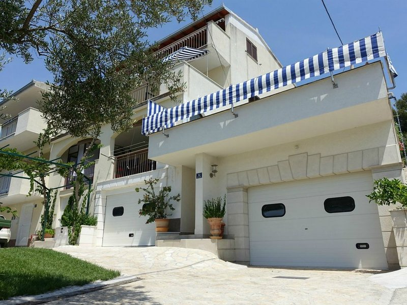 Family-friendly 6 bed apartment, vacation rental in Okrug Gornji