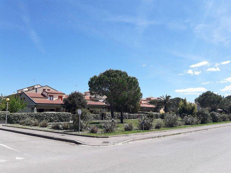 VILLETTA A SCHIERA SU DUE PIANI (IDEALE PER 2 FAMIGLIE), vacation rental in Castagneto Carducci