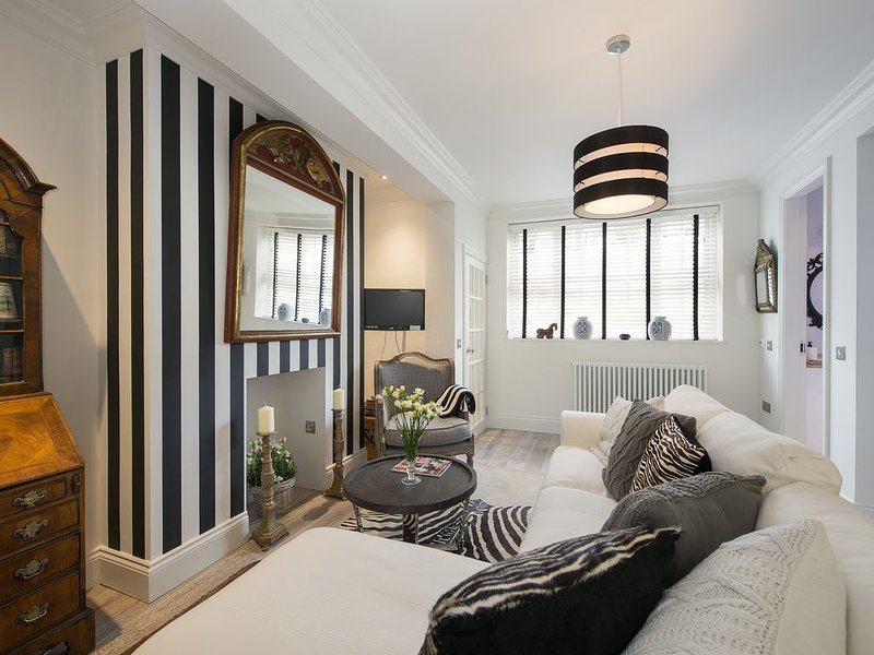 Beautiful Unique Kensington & Chelsea Ground Floor Apartment with Garden, vacation rental in London