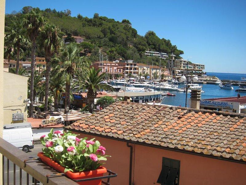 Vista sulla baia di Porto Azzurro, a 50 mt dalla spiaggia, holiday rental in Naregno