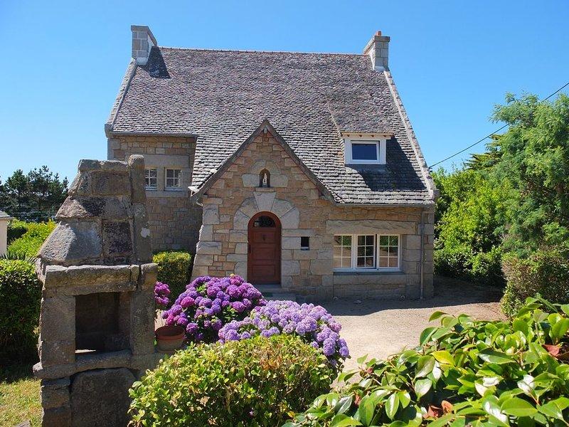 Maison de caractère, en granite, très bien située, à 2 mn de la plage, holiday rental in Trebeurden