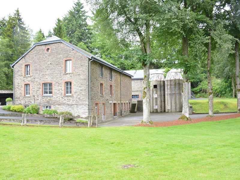 Vintage Farmhouse in Gouvy with Garden, Roofed Terrace, BBQ, location de vacances à Gouvy