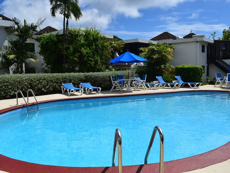 Luxury apartment with views of 4th green and pool, vacation rental in Rockley