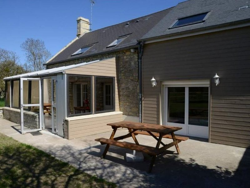 Maison idéalement exposée au sud avec terrasse et jardin clos à 2 kms de la plag, vacation rental in Vierville-sur-Mer