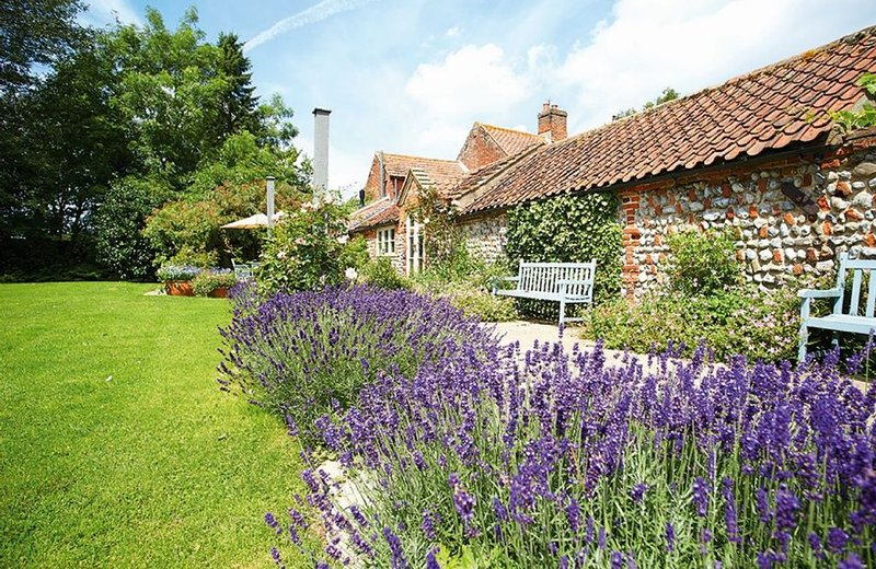 Pear Tree Cottage  is surrounded by unrivalled views of open North Norfolk count, holiday rental in Erpingham