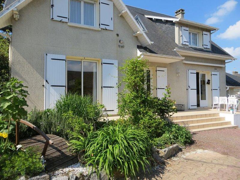 Villa super confortable avec piscine chauffée près du Mont Saint Michel., holiday rental in Champeaux