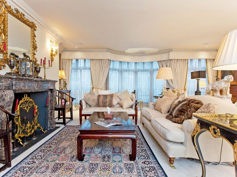 Stunning Shakespearean 2 Bedroom apartment beside Buckingham Palace, vacation rental in London