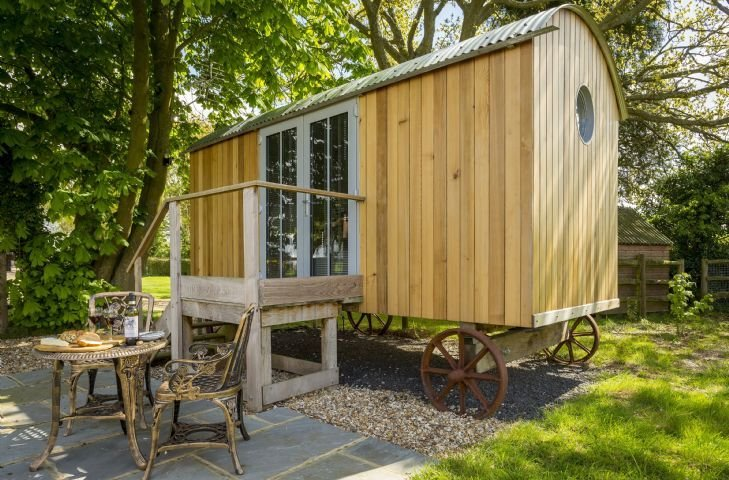 Cedar Tree is a compact yet luxurious shepherd's hut for couples overlooking the, holiday rental in Andover