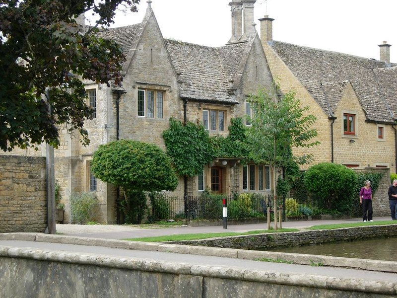 Fairlie Cottage Overlooks the River in Bourton-on-the-Water parking for 3 cars., holiday rental in Bourton-on-the-Water