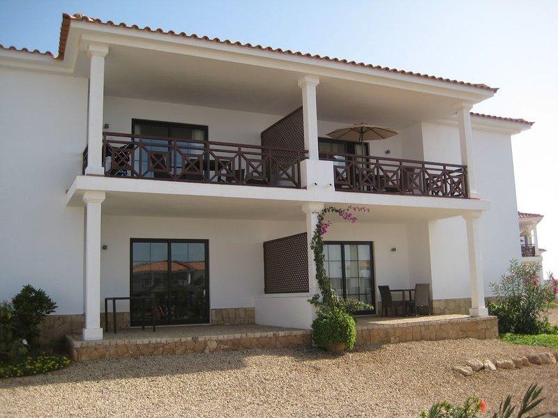 Modern 2 bedroom apartment & balcony. Well kept resort - 2 DAYS REMAINING 2020, holiday rental in Murdeira