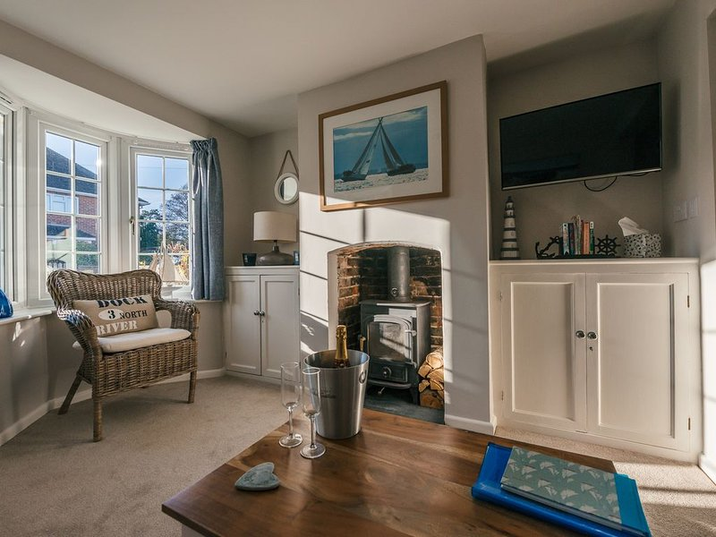 Charming 2 bedroom cottage in Lymington, very close to town, marina & sea walks, vacation rental in Lymington
