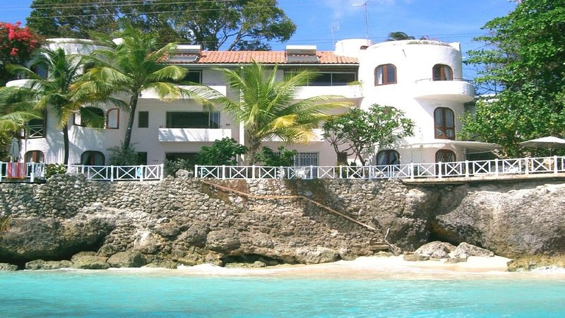 Spectacular ocean front property, private beach access - Apartment 3, location de vacances à Saint-James