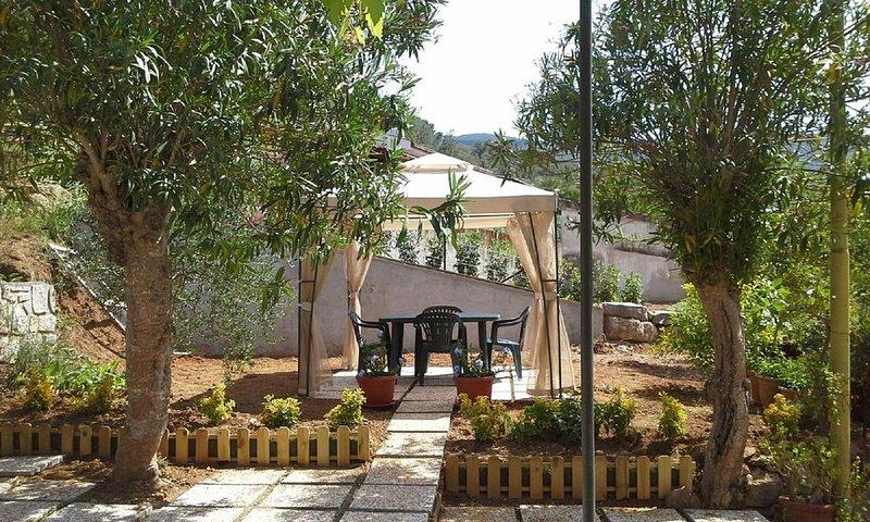 Appartamento 'Pergola' in villa, holiday rental in Naregno
