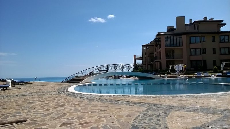 BEAUTIFUL 2 BEDROOM APARTMENT OVERLOOKING THE BLACK SEA, holiday rental in Balgarevo