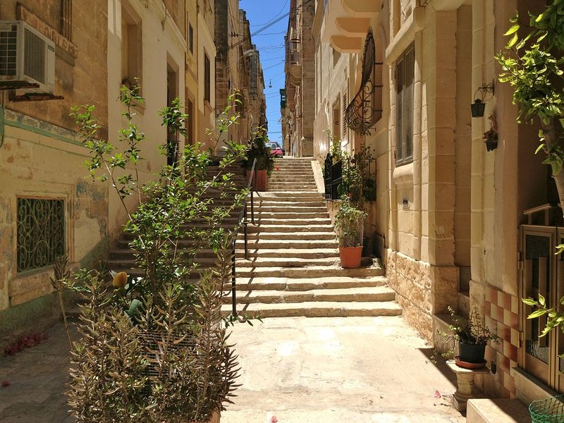 Beautiful traditional town house with marina views from roof terrace, vacation rental in Island of Malta