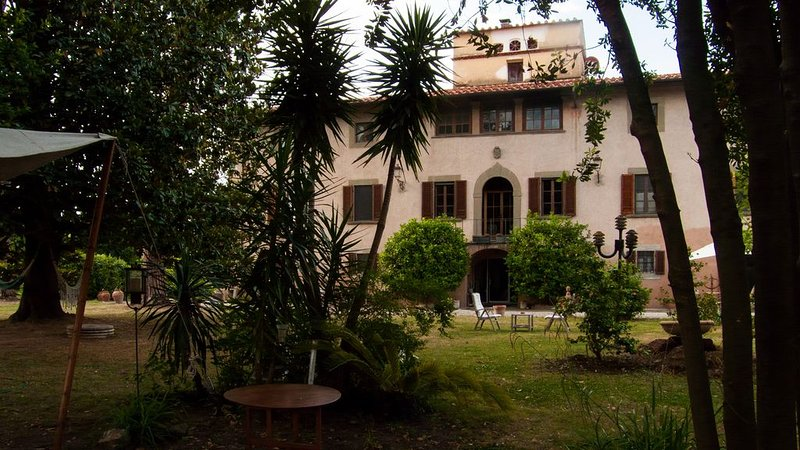 Stay, think and relax. 15' drive from Pisa, Lucca and the beach. Classic layout, holiday rental in Migliarino