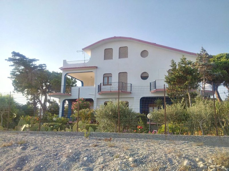 Maestosa e panoramica villa direttamente sulla spiaggia di Bova Marina, vakantiewoning in Ferruzzano
