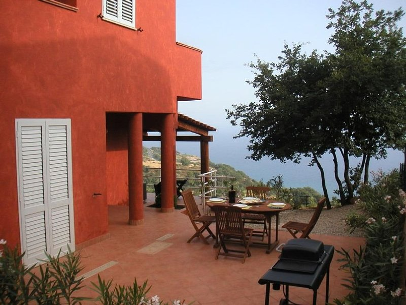Well furnished villa in tranquil setting with panoramic views and pool, location de vacances à Province of Cosenza