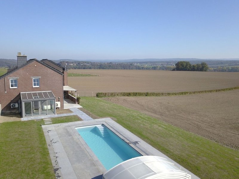 Mondern furnished holiday home with heated outdoor pool and panoramic sauna, holiday rental in Heure