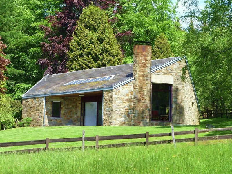 Located in a quiet area with large south-facing terrace overlooking the meadow, location de vacances à La Gleize