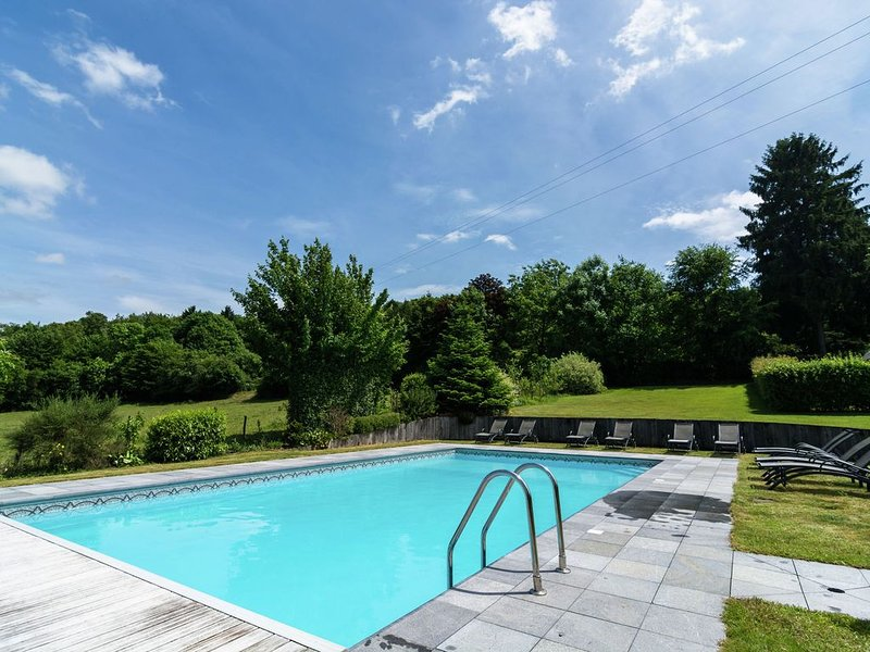 Vintage Holiday Home with Swimming Pool in Saint-Hubert, holiday rental in Resteigne