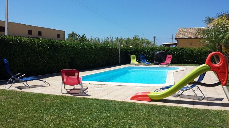 3 Bedrooms Villa with Garden, Swimming Pool, Barbecue, Air con., near the SEA, holiday rental in Campofelice di Roccella