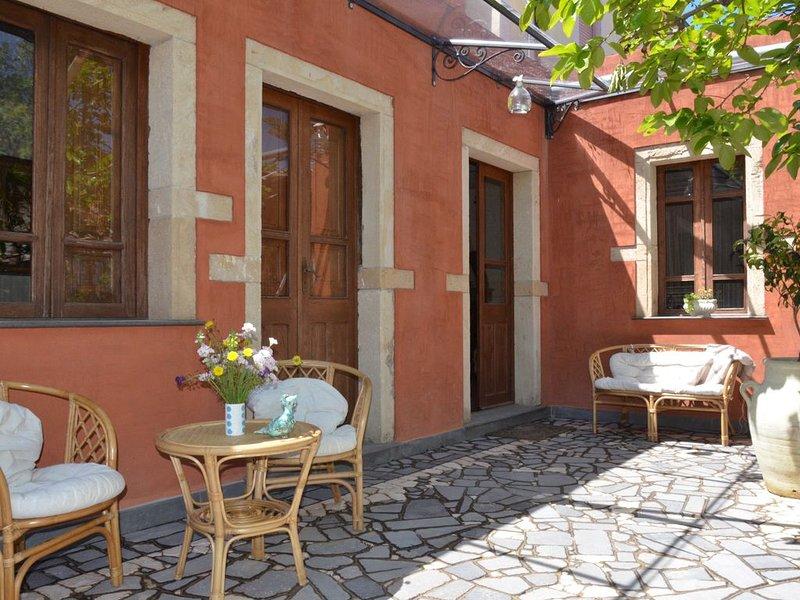 Antica Casa tradizionale con ampio cortile interno. Free Wifi, holiday rental in Province of Oristano