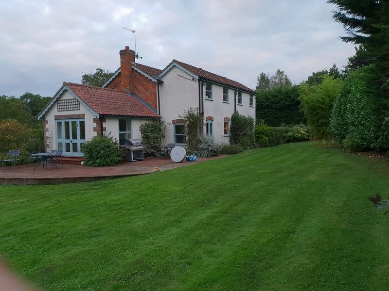 Large Country Cottage, vacation rental in Thurton
