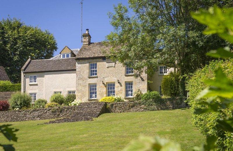Catalpa Cottage, sleeps five in Tetbury near to Badminton, Highgrove, and Gatcom, holiday rental in Crudwell