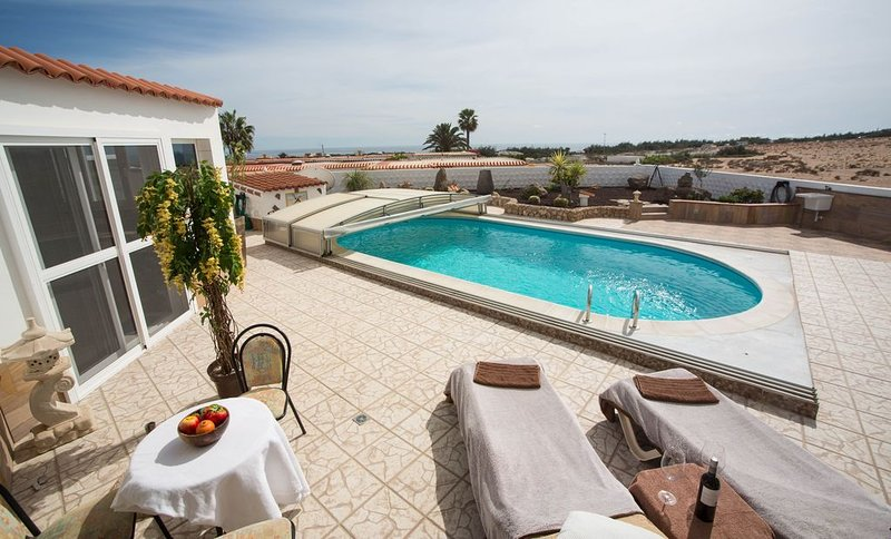 Spacious 2 bedroom holiday home with heated pool, lovely sea / mountain views, vacation rental in Costa Calma