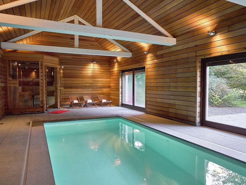 Luxurious Mansion in Stoumont with Indoor Pool, casa vacanza a Werbomont