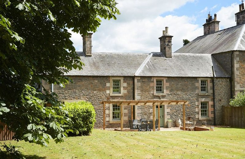 Courtyard House is a restored wing of a large Victorian Farmhouse and sleeps six, Ferienwohnung in Kilham