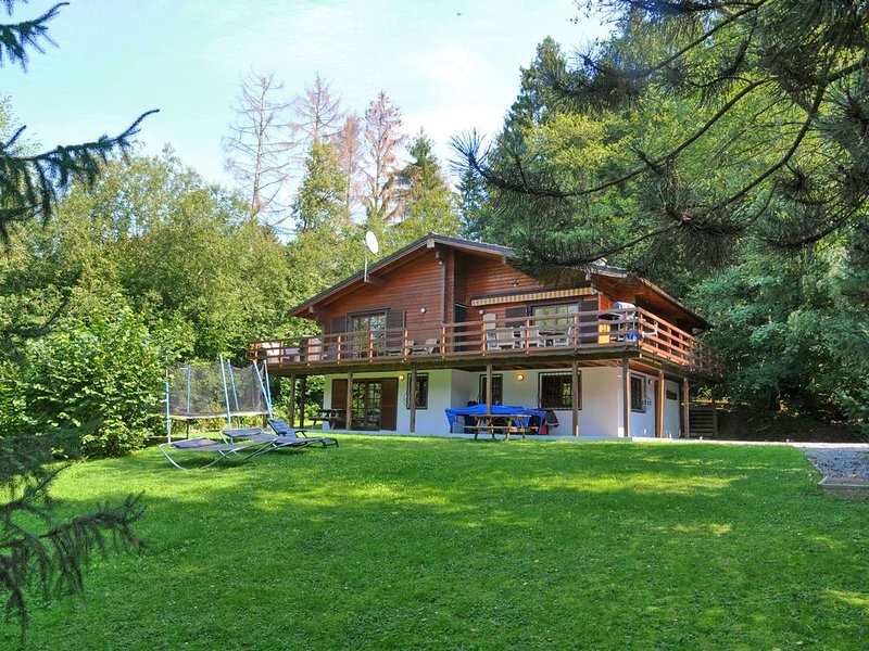 Beautiful wooden chalet with large garden and balcony, located in Barvaux, holiday rental in Heyd