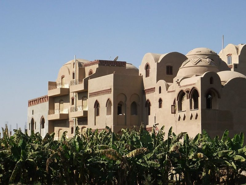 Beautiful 5 bedroom domed villa, Nile view, perfectly situated for antiquities, casa vacanza a Luxor