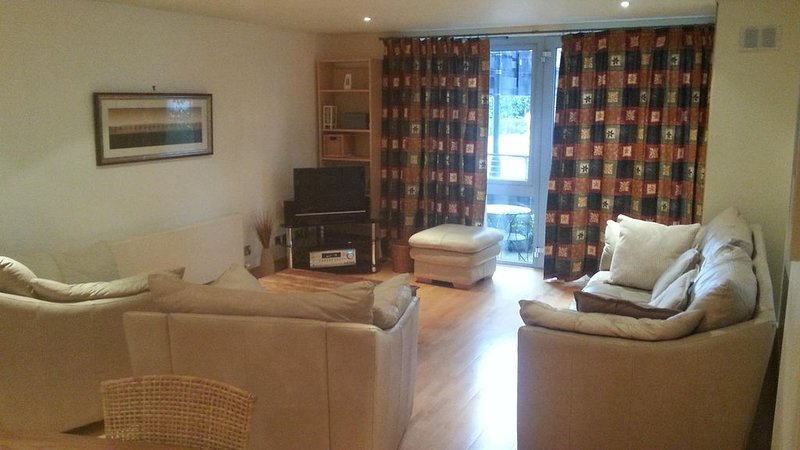 Luxurious & Spacious Apartment Adjacent to  Shops, Cafes, Museum & More, holiday rental in Bristol