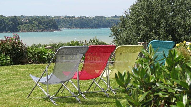 Maison 8 personnes, jolie vue de mer, soleil couchant à 100 m de la plage, holiday rental in Cotes-d'Armor